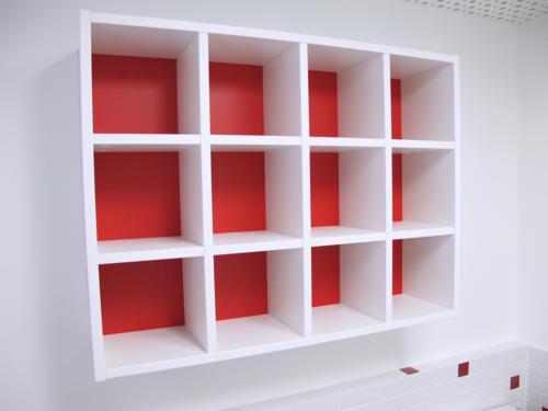 Casiers rouge et blanc